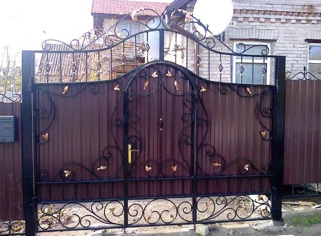 Кованые ворота распашные со встроенной калиткой Цена: 10900 руб/м2
