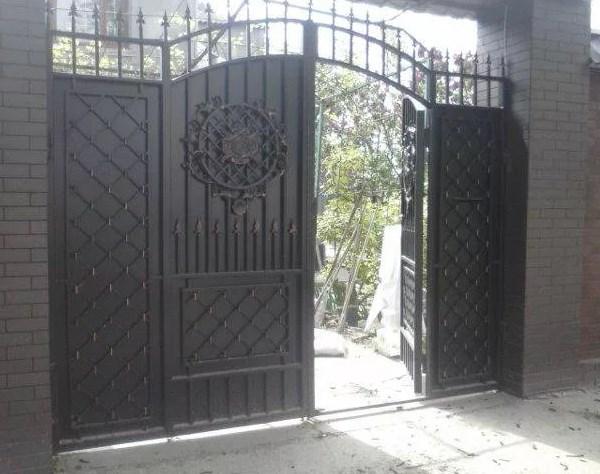 Кованые ворота распашные с калиткой №76 Цена: 14800 руб/м2