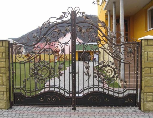Кованые ворота распашные с калиткой №4 Цена: 13900 руб/м2