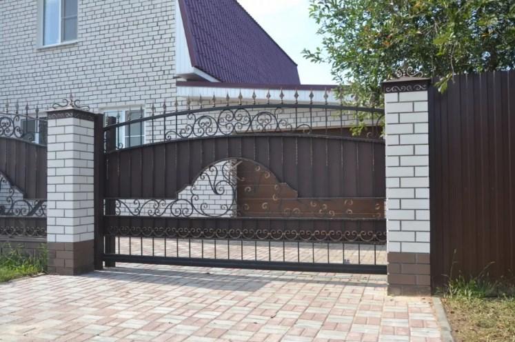 Кованый забор с откатными воротами10