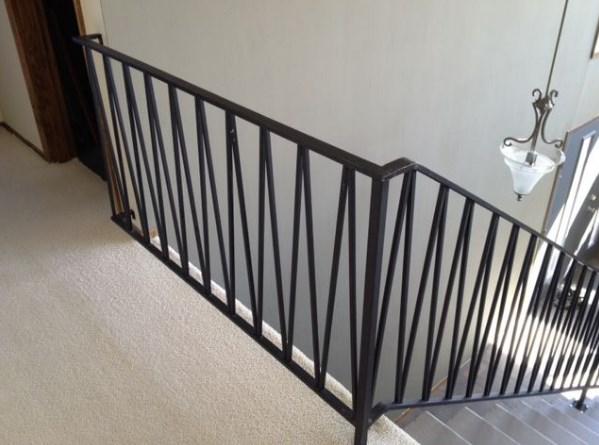 Кованые перила винтовые для лестницы с геометрическим рисунком