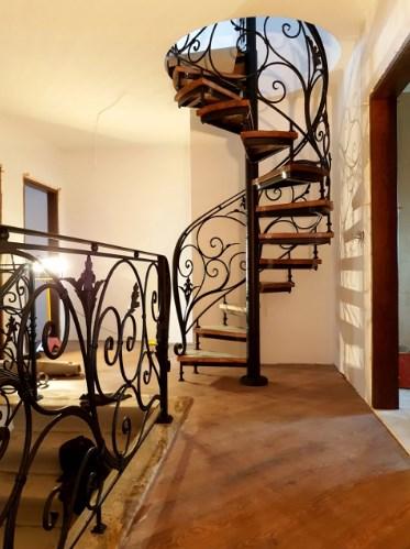 Кованая винтовая лестница с перилами художественная ковка
