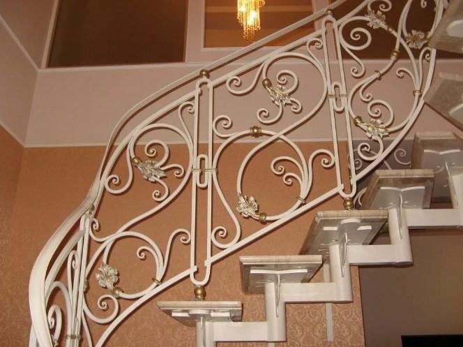 Металлическая лестница с коваными перилами белая цена от Наковали