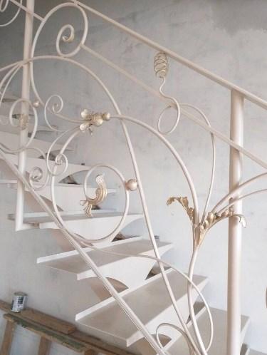 Металлическая лестница с коваными перилами прямая белая цена от Наковали