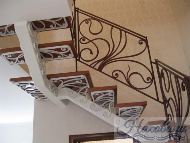 Металлическая лестница с ковкой и коваными перилами от Наковали