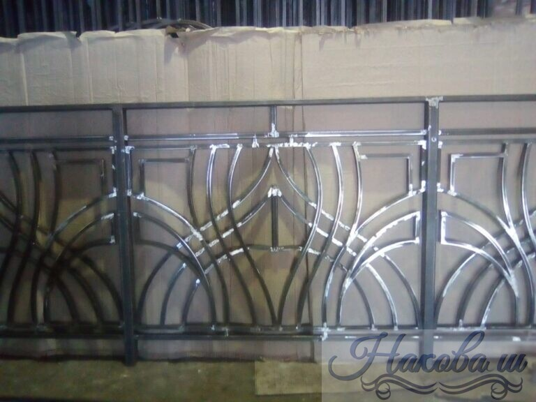 Кованые перила с геометрией для балкона от Наковали