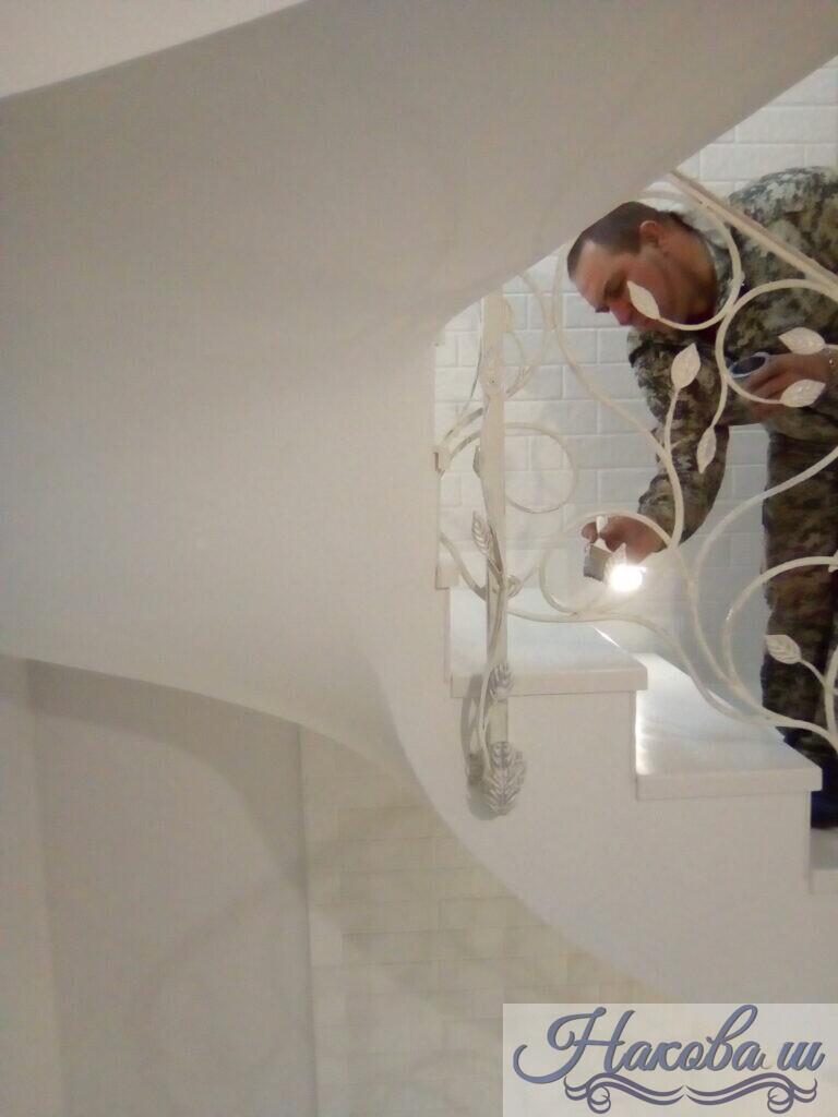 Кованые перила белые с листьями от Наковали