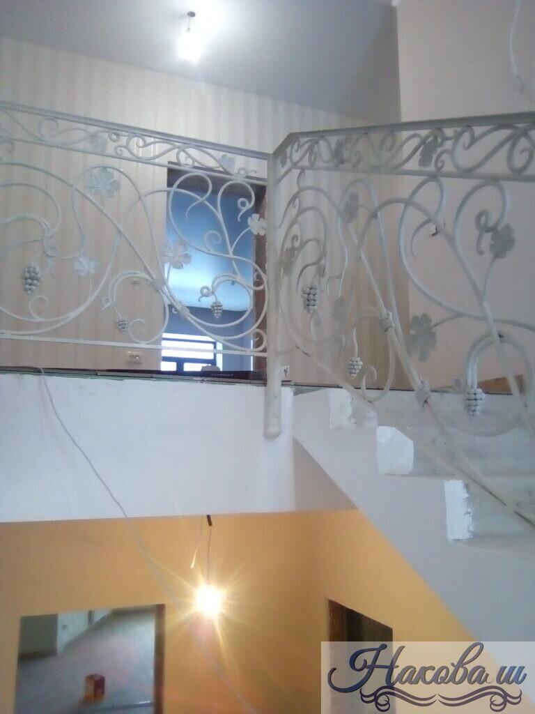 Кованые перила для лестницы белые с виноградом от Наковали