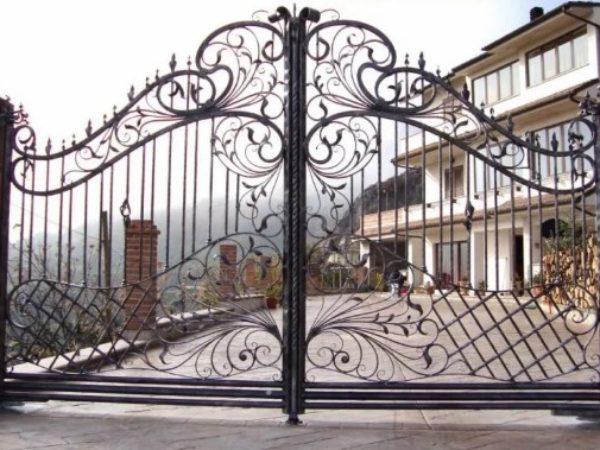Кованые красивые ворота
