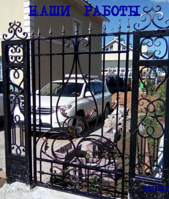 Кованый забор с красивыми коваными столбами