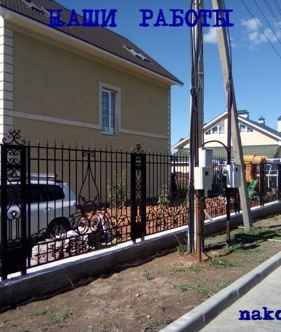 Кованый забор с красивыми коваными столбами от Наковали