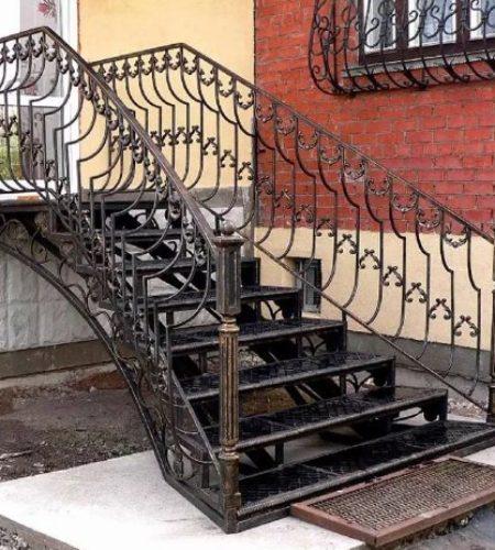 Металлокаркас лестницы с ковкой для входа наковали 1