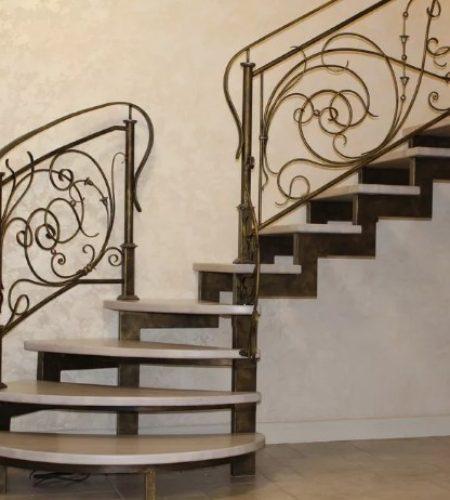 Металлокаркас лестницы с ковкой наковали