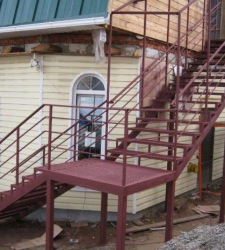 Металлокаркас винтовой лестницы наковали