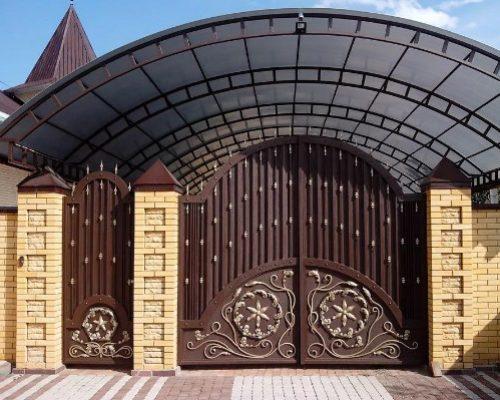 Кованые распашные ворота с навесом Наковали