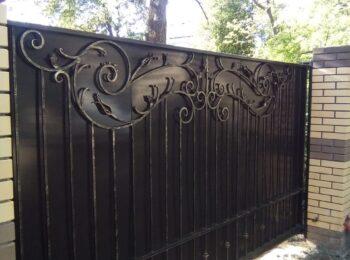 Кованые откатные ворота и калитка с листом от Наковали