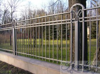 Кованый забор с коваными столбами