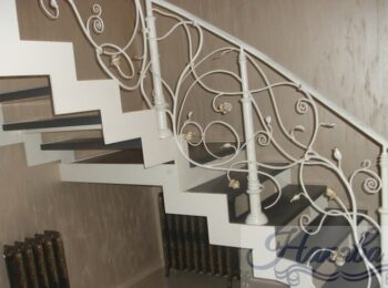 Металлическая лестница с коваными перилами 26