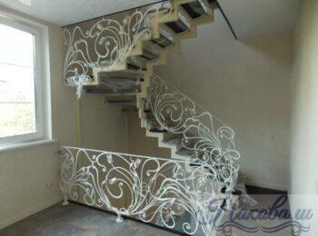 Металлическая лестница с коваными перилами 27