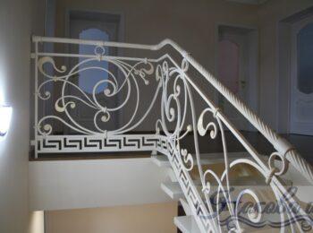 Металлическая лестница с коваными перилами 28