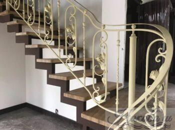 Металлическая лестница с коваными перилами 40