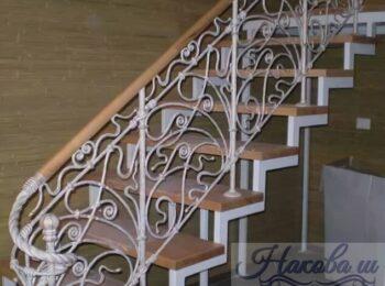 Металлическая лестница с коваными перилами 41