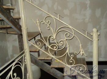 Металлическая лестница с коваными перилами 44