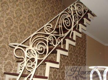 Металлическая лестница с коваными перилами 45