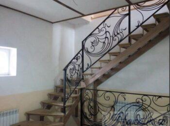 Металлическая лестница с коваными перилами 53