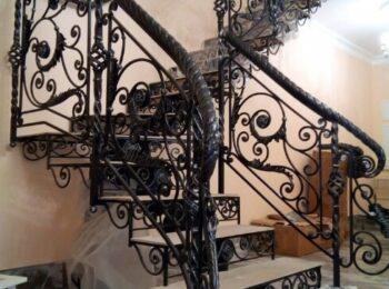 Металлическая лестница с коваными перилами 55