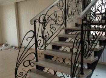 Металлическая лестница с коваными перилами 58