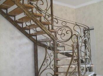 Металлическая лестница с коваными перилами 65