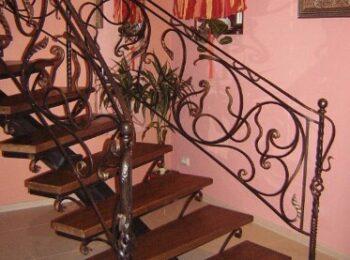 Металлическая лестница с ковыными перилами1