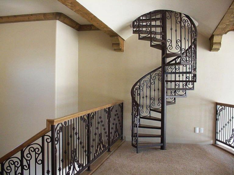 Винтовая лестница с ковкой в Щекино