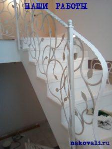Белые кованые перила для лестницы с листочками от Наковали