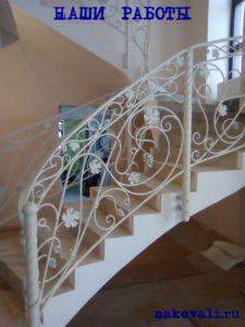 Кованые перила для винтовой лестницы белые с листом и виноградом