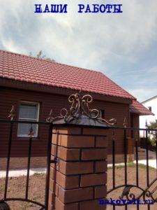 Кованый забор с коваными колпаками