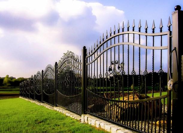 Красивый кованый забор со столбами
