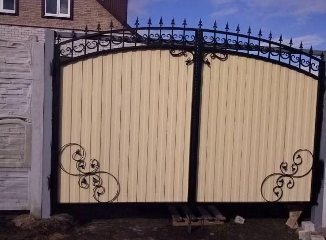 Кованые ворота распашные с калиткой №33 Цена: 7900 руб/м2