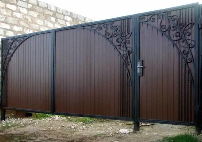 Кованые ворота распашные с калиткой с профлистом Цена: 7500 руб/м2