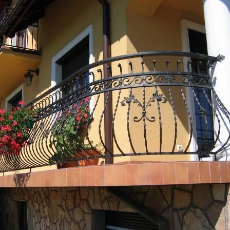 Кованый балкон с цветами от Наковали