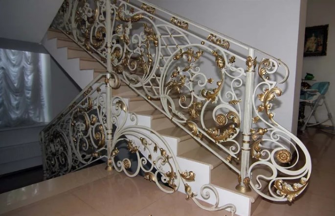 Кованые перила для лестницы белые с золотыми листьями