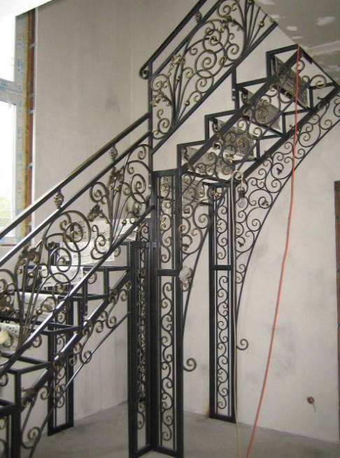 Металлическая лестница с коваными перилами цена от Наковали