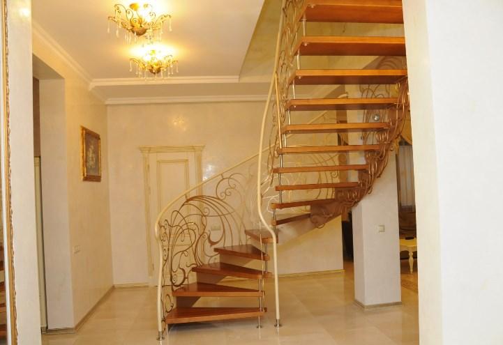 Кованая спиральная лестница цена от Наковали
