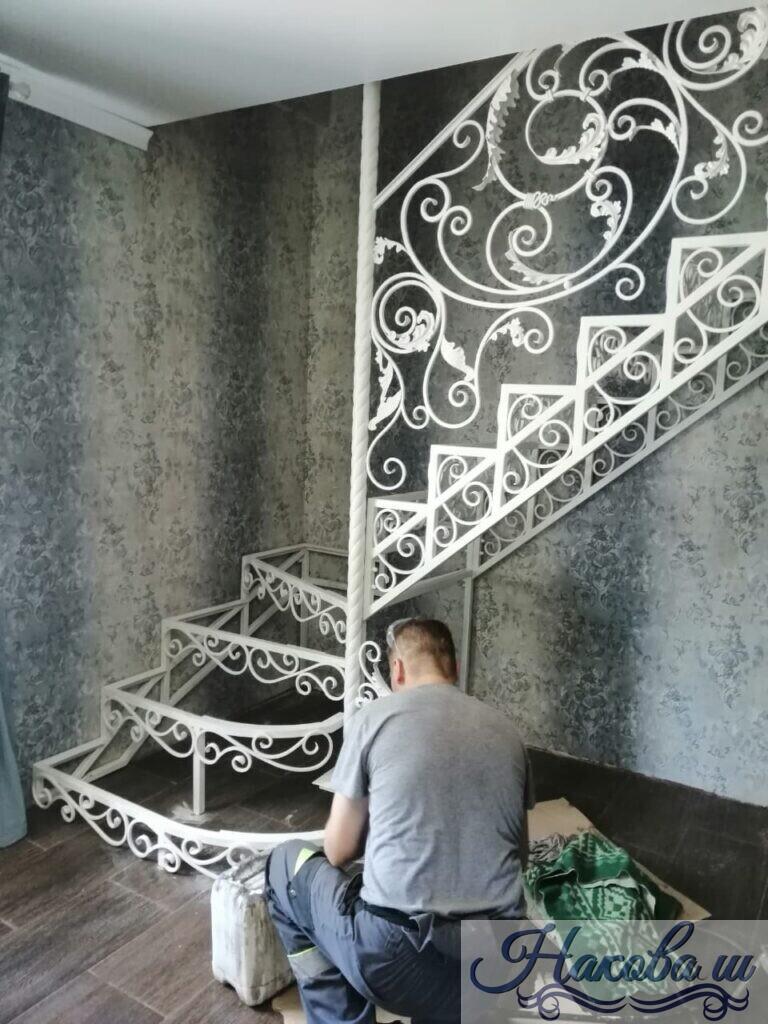 Металлическая лестница с коваными перилами белая от Наковали