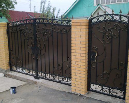 Кованые ворота с металлическим листом коричневые от Наковали