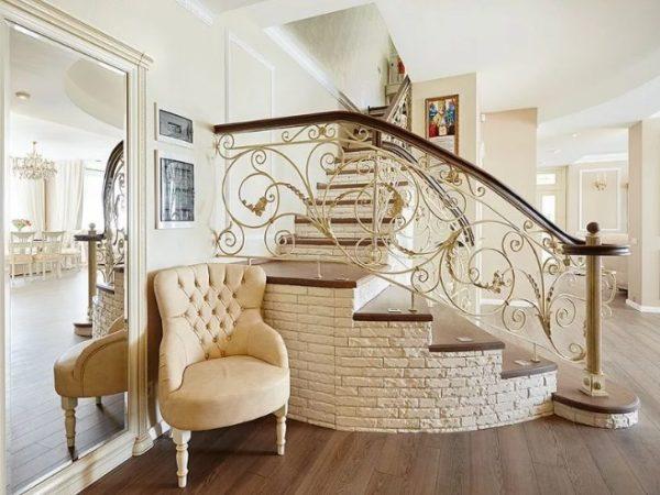 Шикарная Кованая лестница дорогая от Наковали