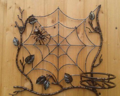 Кованая цветочница с пауком и паутиной от Наковали