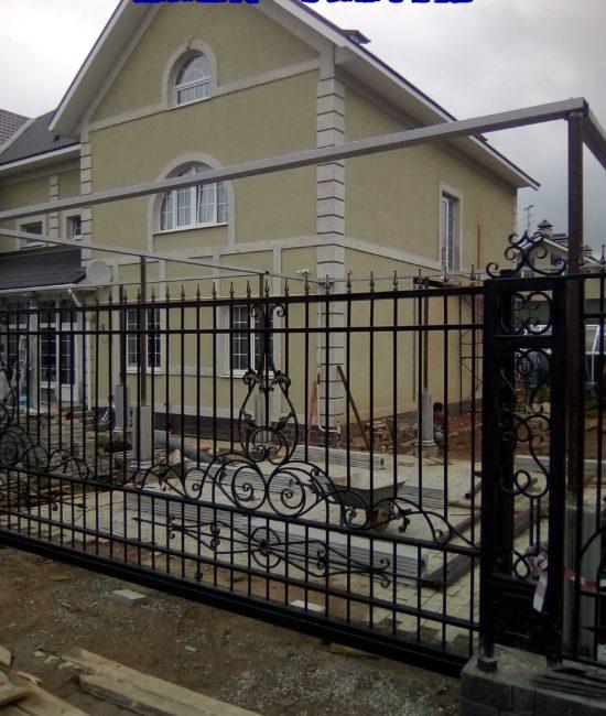 Кованые откатные ворота с красивыми коваными столбами1