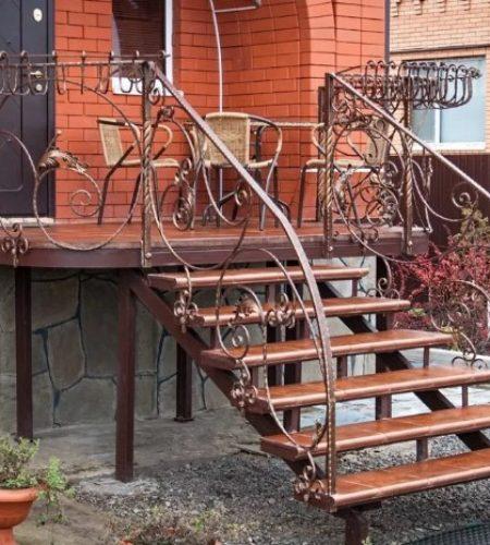 Металлокаркас лестницы с ковкой для входа наковали 3